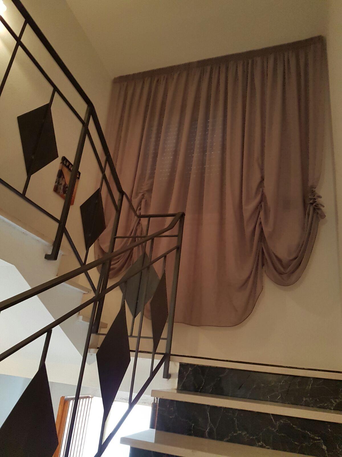Tende a finto pacchetto con scorrimento orizzontale for Tende per finestre a soffitto