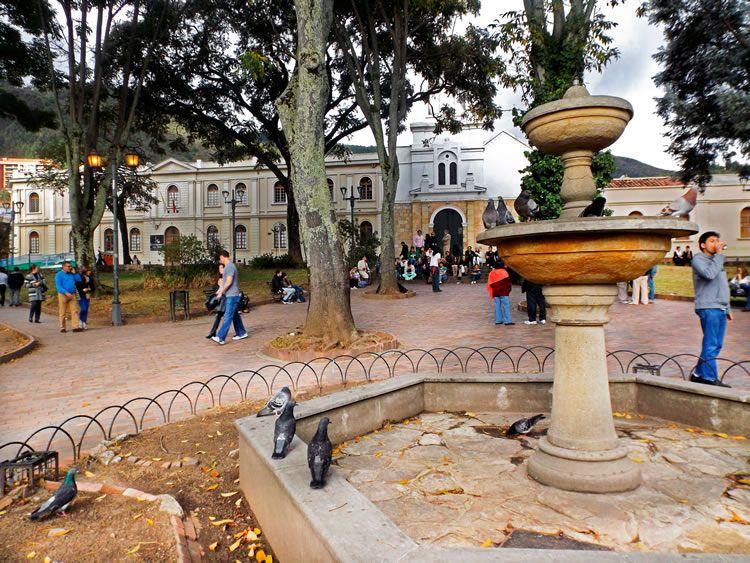 2. La fuente del Parque de Usaquen y al fondo la iglesia  364bdf702c3