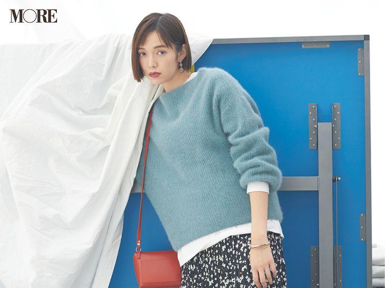 今日のコーデ 佐藤栞里 花柄スカートとくすみパステルニットをカジュアルに着こなしてハッピーな金夜に ファッションアイデア ファッションコーデのアイデア ファッション