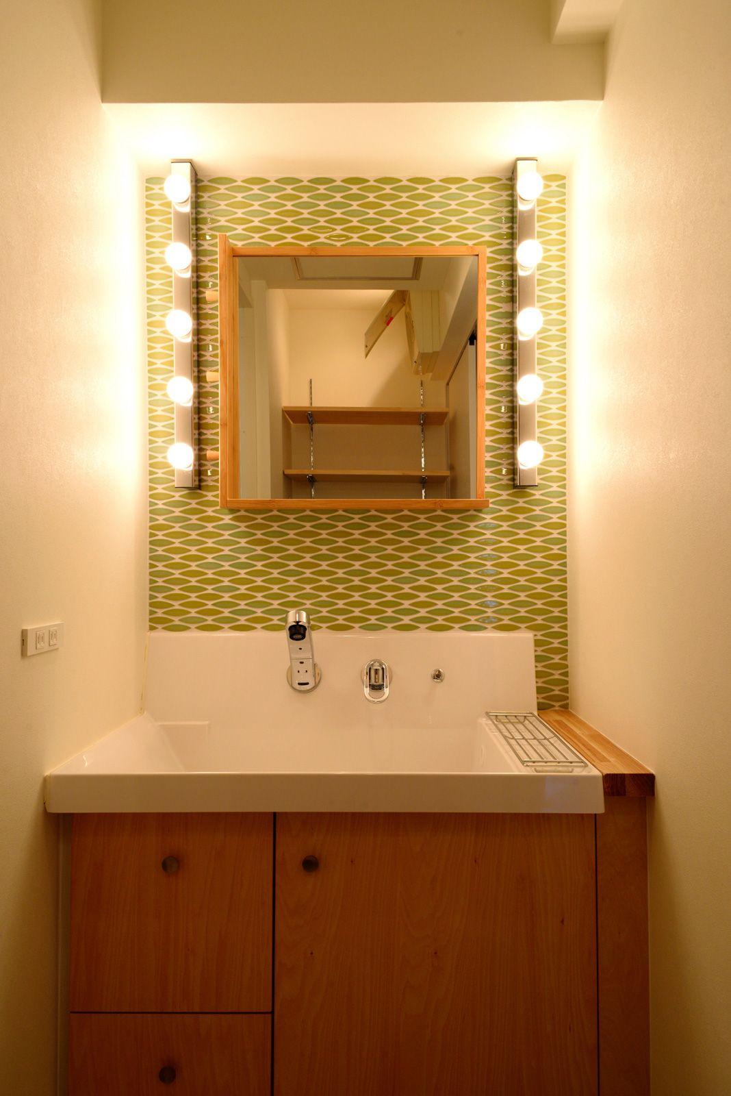 洗面台は既存をカスタマイズ 背面の壁にはグリーンのタイルとikeaの
