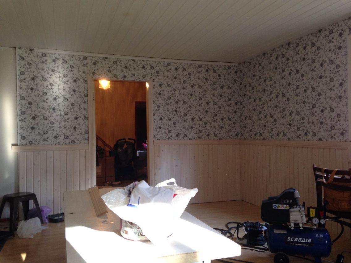Olohuoneen remontti. Tapetit seinissä ja paneelit paikoillaan. Osa listoista puuttuu :)