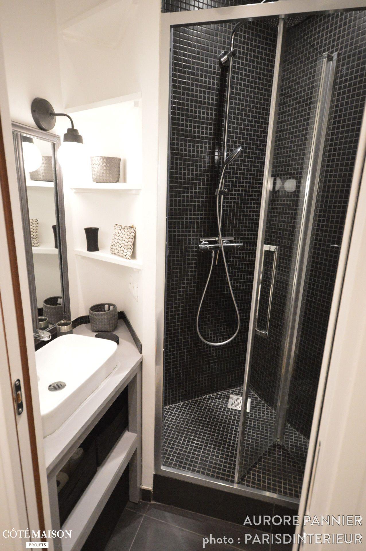 Une petite salle de bains noire et blanche pleine de charme ...