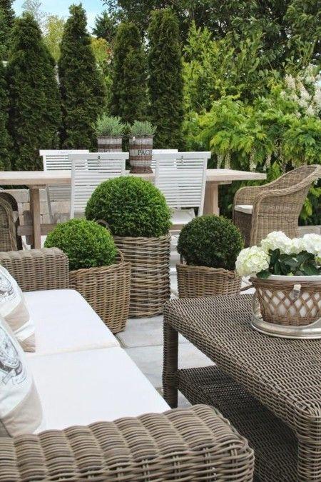Flechtkörbe moderne Gestaltungsidee im Garten als Übertöpfe