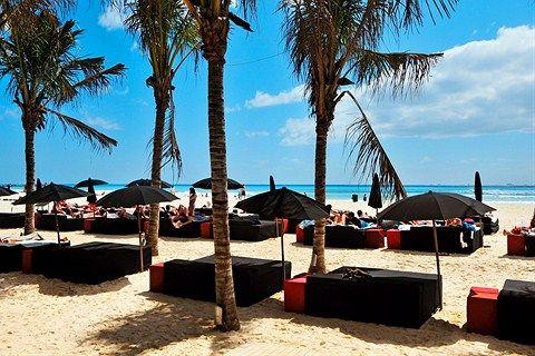 Uniikki ja erittäin nykyaikaisesti sisustettu hotelli Meksikossa! Erikoista on, että aurinkovarjojen ja aurinkopetien tekstiilit ovat mustat.  Tutustu tähän erikoisuuteen ja katso miltä huoneiden värimaailma näyttää: http://www.finnmatkat.fi/Lomakohde/Meksiko/Playa-del-Carmen/Mosquito-Beach/?season=talvi-13-14
