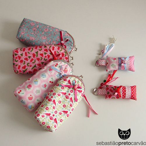 https://flic.kr/p/eRoC9Y | costurando... | ... bolsinhas para óculos/estojos e porta-chaves a combinar!  beijinhos doces