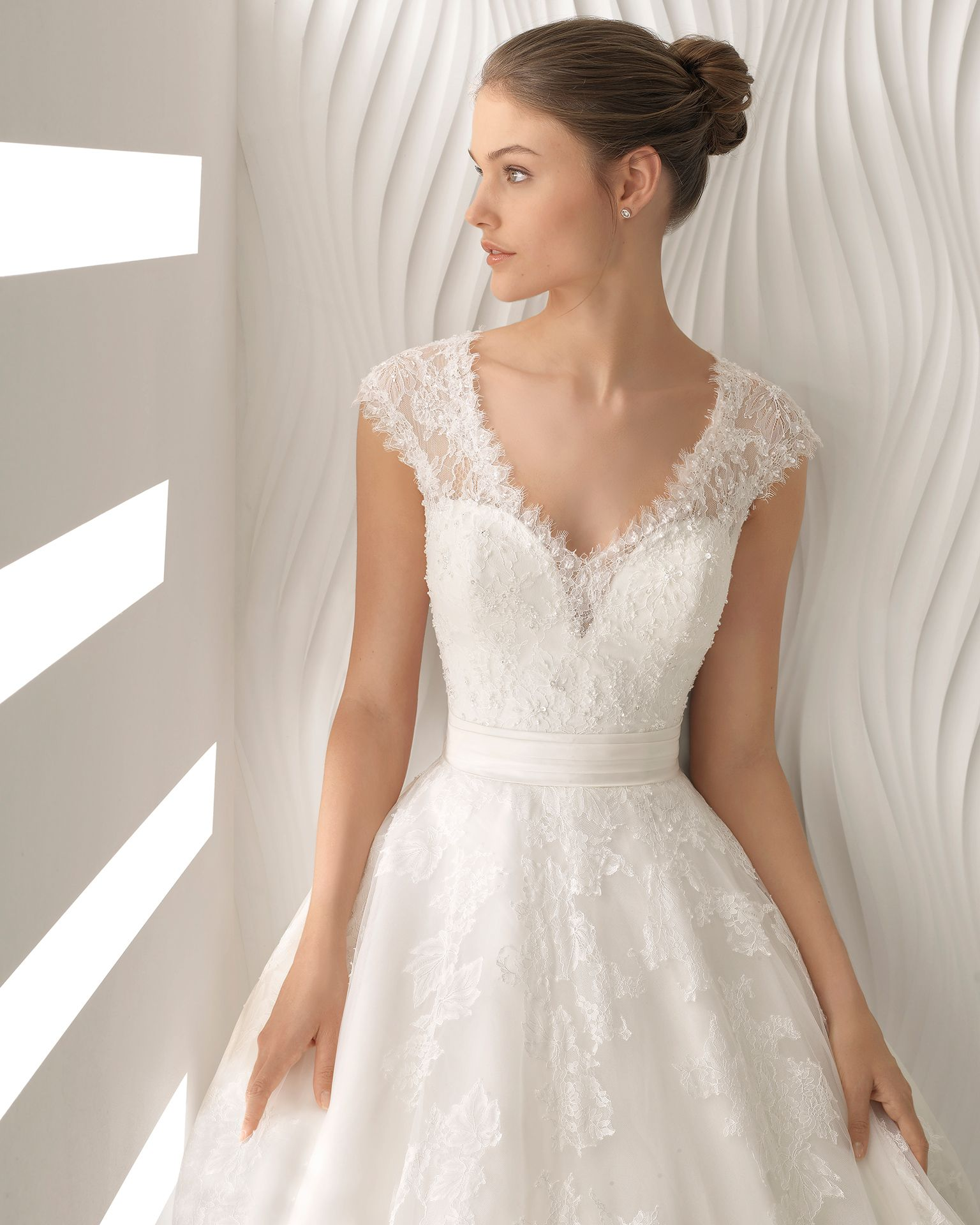 a13685cf6 Vestido de novia Rosa Clara 2018 escote bordados