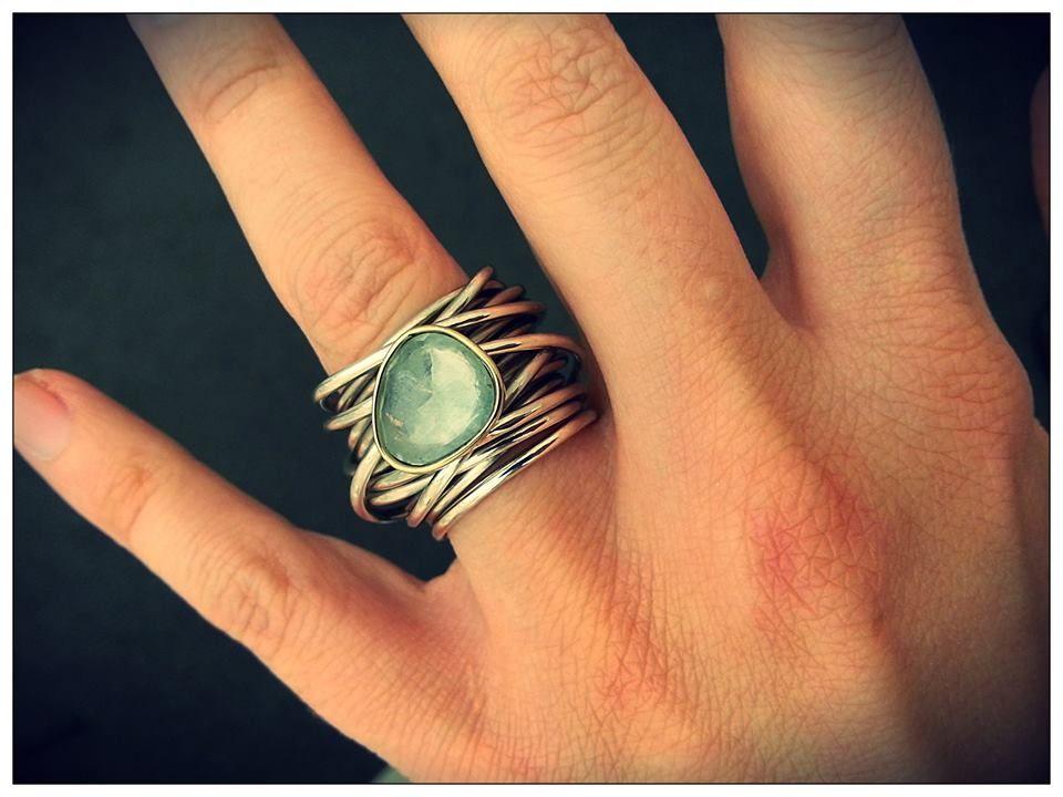 67648d878feb Anillo plata y oro con piedra aguamarina. www.animabarcelona.com ...