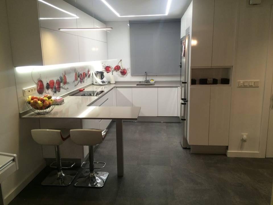 Cocina moderna con barra americana y luz led en el techo y bajo los ...