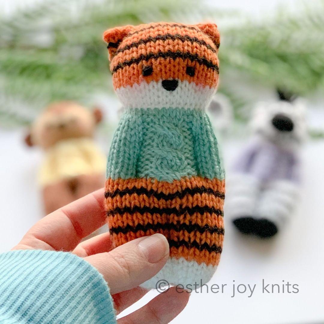 """Photo of Esther Joy Braithwaite auf Instagram: """"Wer hat es am besten getragen? Wenn Ihr Pullover zu Ihrer Puppe passt. 😉 #knittedtiger #amigurumitiger #amigurumi #knitting # strickerofinstagram… """""""