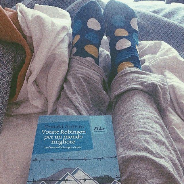 Dovrei fare tante cose (tipo mangiare, fare la lavatrice, studiare) ma continuo a languire sul letto con un libro e i miei calzini a #pois. @alecattelan, spicciami casa! #VSCOcam #sociopath #socks #colorfulsocks #books #bookhaul #consiglidilettura #continuiamoaleggere #donaldantrim #minimumfax #vitadaminimum #libri #instabooks #instareading #reader #readingtime #bookstagram #milan #americanliterature
