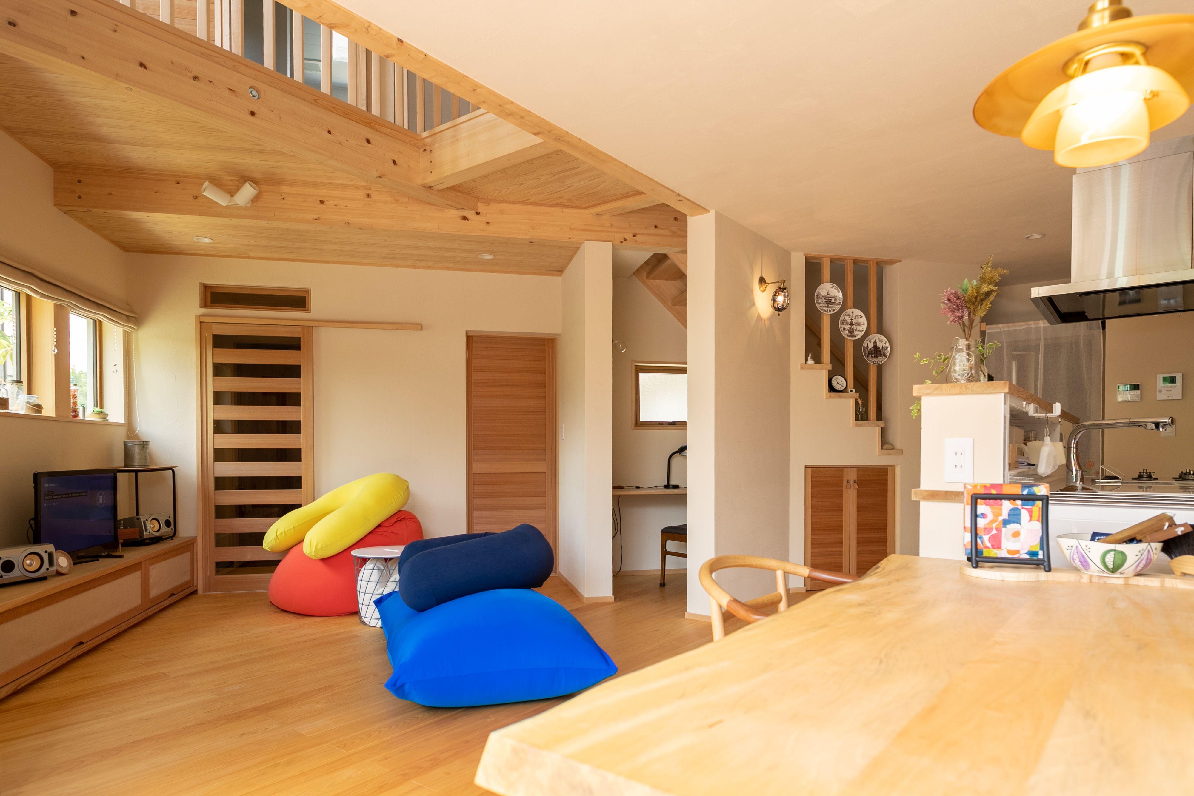 個性あふれる 変形地を活かした斜め角地の家 階段下に書斎のあるリビング ヨギボー 家 自宅で ヨギボー
