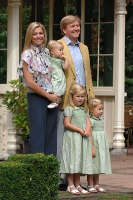 De Prins van Oranje, Prinses Máxima en hun dochters de Prinsessen Catharina-Amalia, Alexia en Ariane bij de fotosessie op Landgoed De Horsten, 11 juli 2008