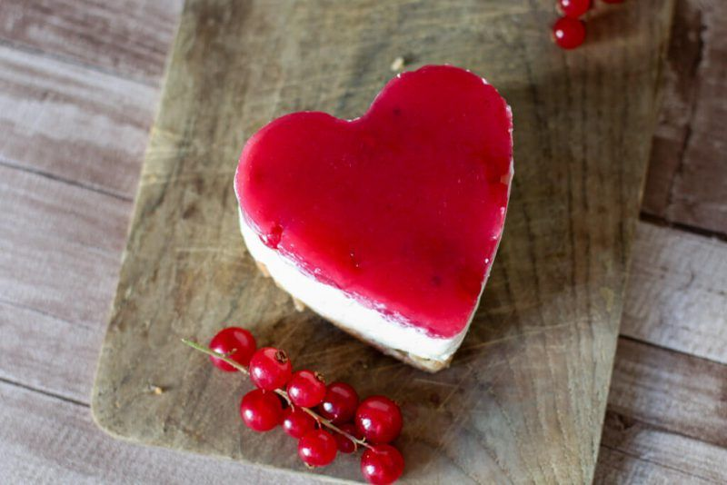 Mini No-Bake Cheesecake in Herzform mit Johannisbeeren ...