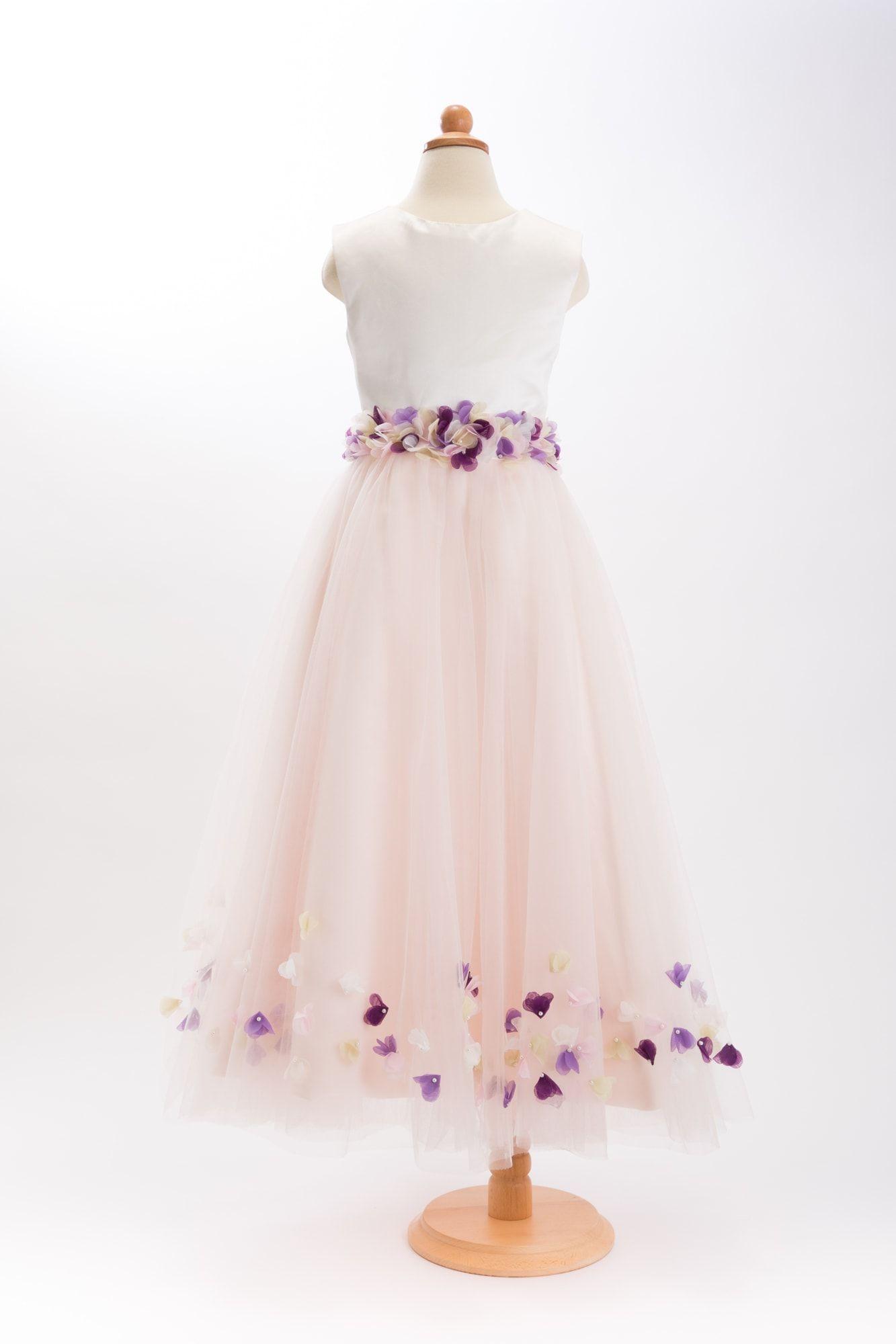 フラワーチュールドレス ピンク ¥18,900(税込¥20,412) 淡いピンクのチュールが何枚も重なったボリューミーなスカートを純白のサテンの上半身が引き締めます。 ウエストと裾にお花がちりばめられていてとっても華やかです。