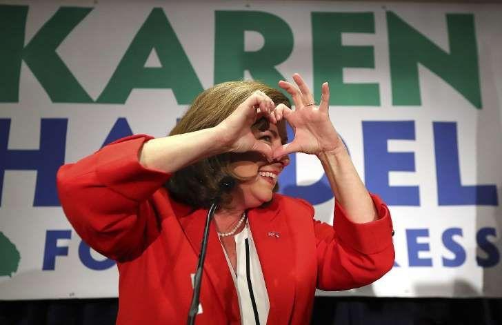 To Trump-triumfer i natt. Curtis Compton / AP / NTB scanpix: Karen Handel gjorde et hjertesymbol da hun tirsdag takket sine tilhengere og medarbeidere for støtten i valgkampen.