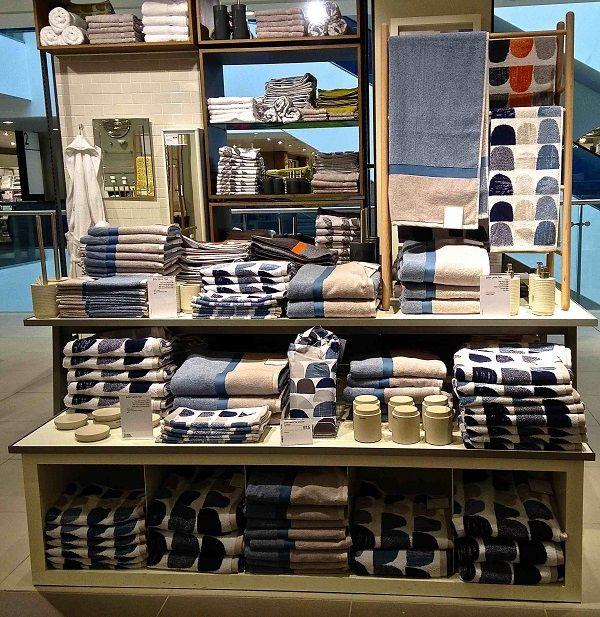visual merchandising display bath and body magazin pinterest visual merchandising displays merchan