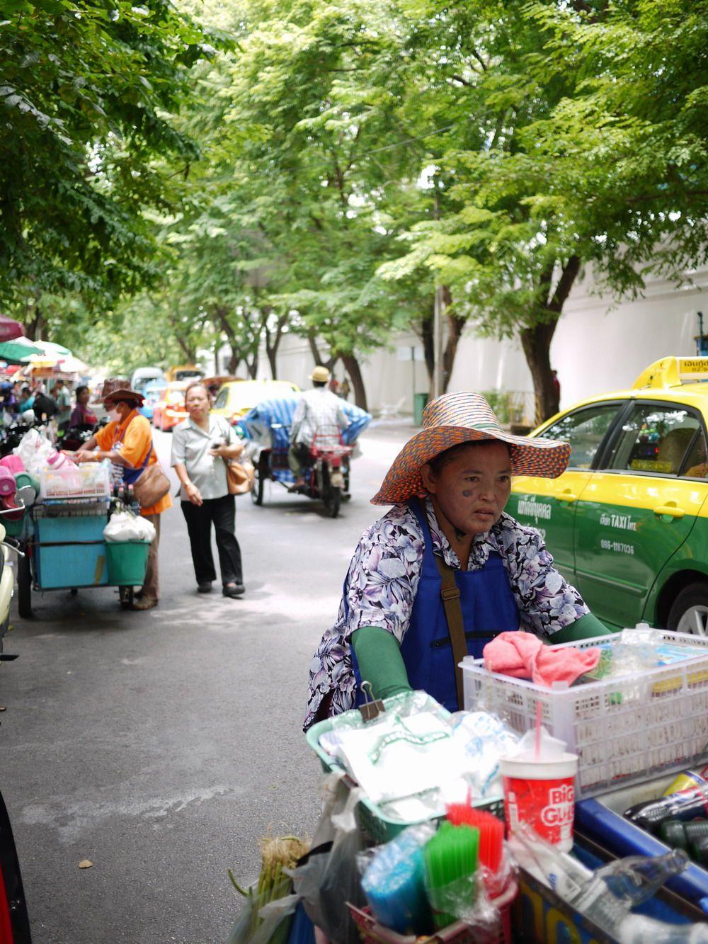 タイのお守りプラクルアンの屋台が並ぶストリート タイ 屋台 遺跡