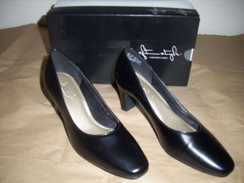 27.69$  Buy now - http://vivzh.justgood.pw/vig/item.php?t=n7n5px1873 - Soft Style: A Company of Hush Puppies, Women's Black Leather Pumps, Size 8M, NIB 27.69$