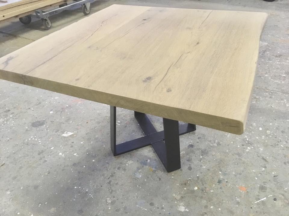 Vierkante Eikenhouten Eettafel.Boomstamblad Tafel Met Stoere Ijzeren Dubbele Trapezium Poot
