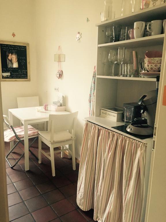 Gemütliche Küchen-Einrichtung mit Fliesenboden und weißen Möbeln - küche fliesen boden