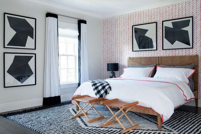 schlafzimmer im landhausstil einrichten, holzbett und hocker