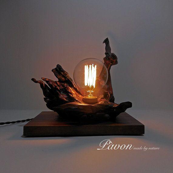 Lampada in radice di castagno e base in noce. di PavonMadeByNature