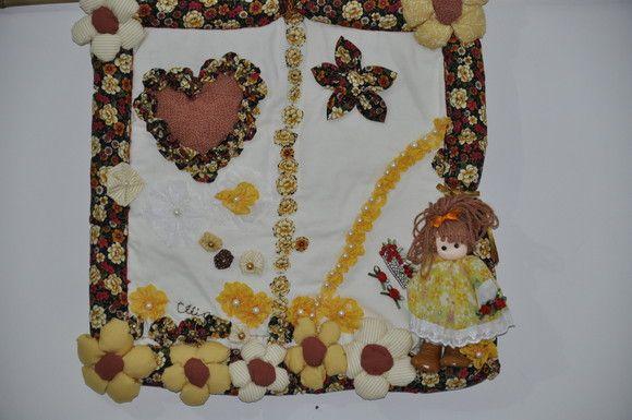 Painel decorativo, modelo boneca flores e coração. Tecido 100% algodão,recheado com manta acrílica.  Apliques de coração,flores e  boneca  em relevo. Apliques flores de fuxico e renda.  Aceitamos encomendas,também , em outros motivos ! R$120,00