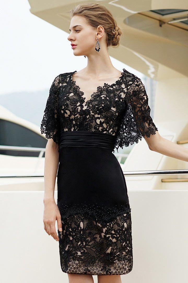 cdc251e7b16 Petite robe noire en dentelle dos décolleté V