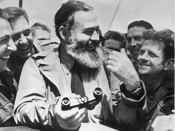Ernest Hemingway su una delle navi ancorate a largo della Normandia, il 6 giugno 1944