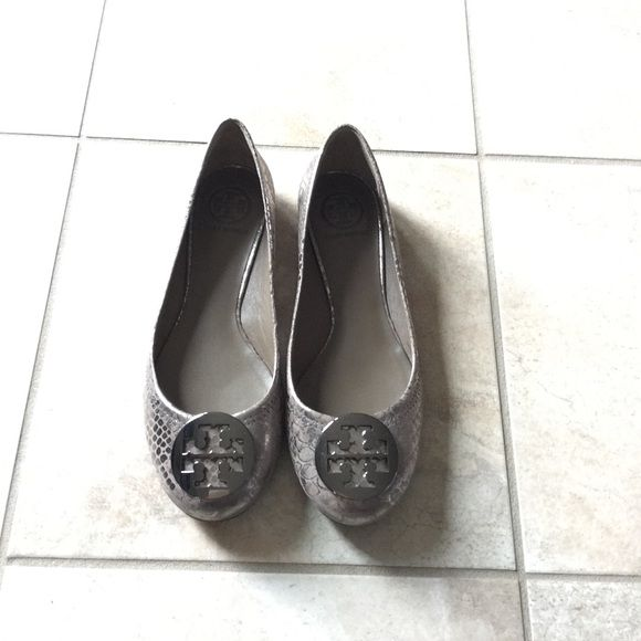 Tory burch reva flats in excellence condition! The flats are authentic and  purchased in Bloomingdales in king of Prussia, PA location.
