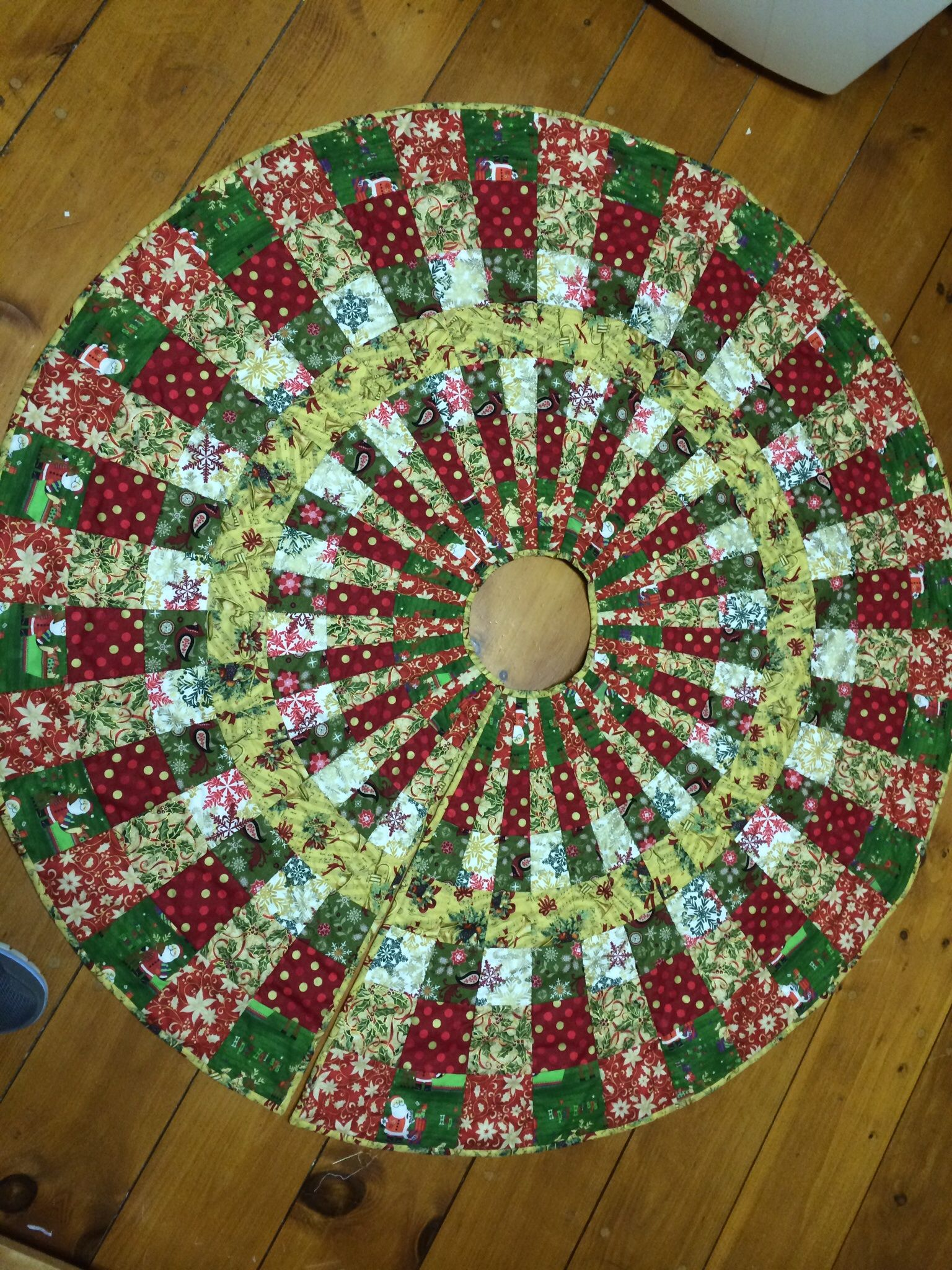 Christmas tree skirt Crochet christmas trees, Tree skirt