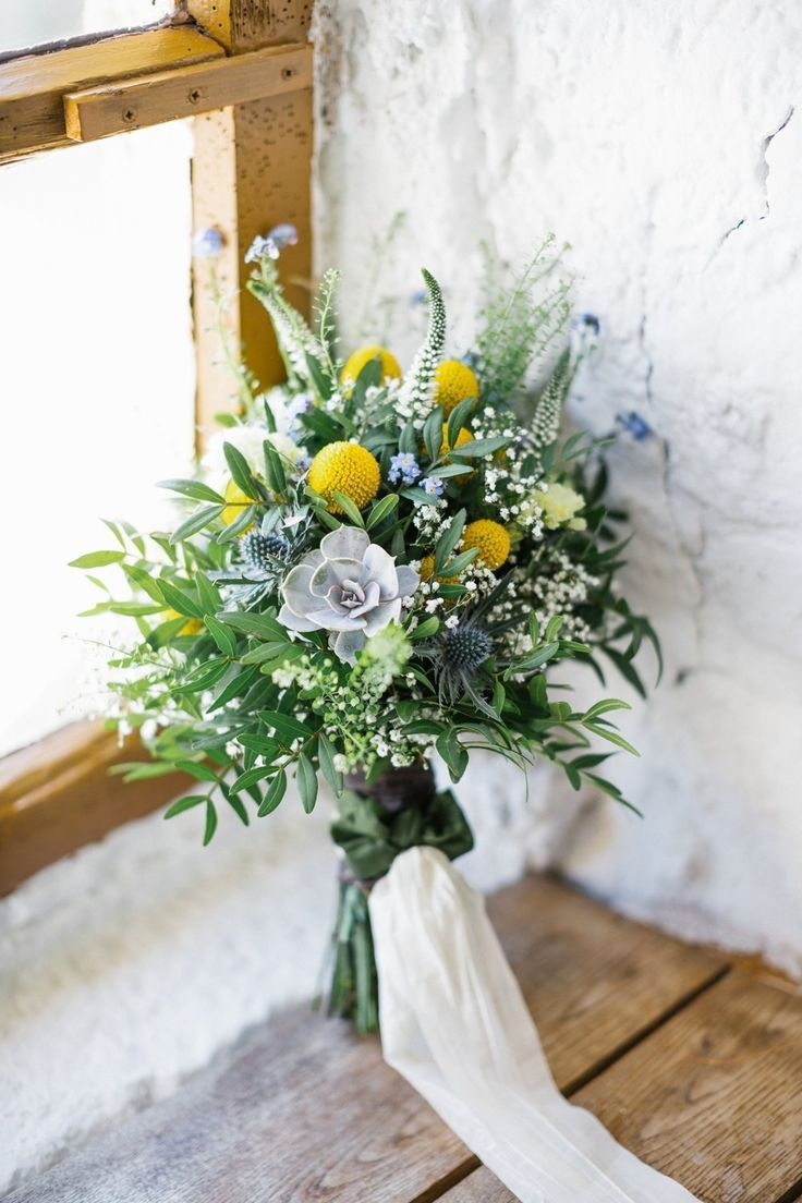 Brautstrauß Wiesenblumen, mit Sukkulenten und Gelbe Trommelstöckchen von Anmut #bridalflowerbouquets Brautstrauß Wiesenblumen mit Sukkulenten und Gelbe Trommelstöckchen von Anmut #bridalflowerbouquets