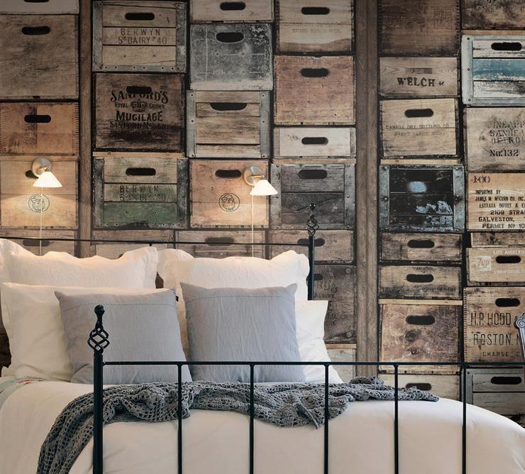 papier peint trompe l'oeil caisses de bois en tête de lit | idées