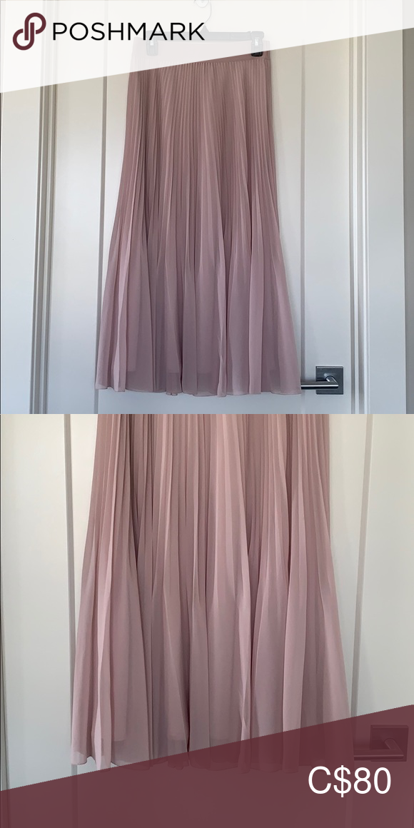 Wilfred twirl skirt #twirlskirt Wilfred twirl skirt Like new twirl skirt. Never been worn but tags removed. Color is called Camille but it's light blush pink. Aritzia Skirts Midi #twirlskirt