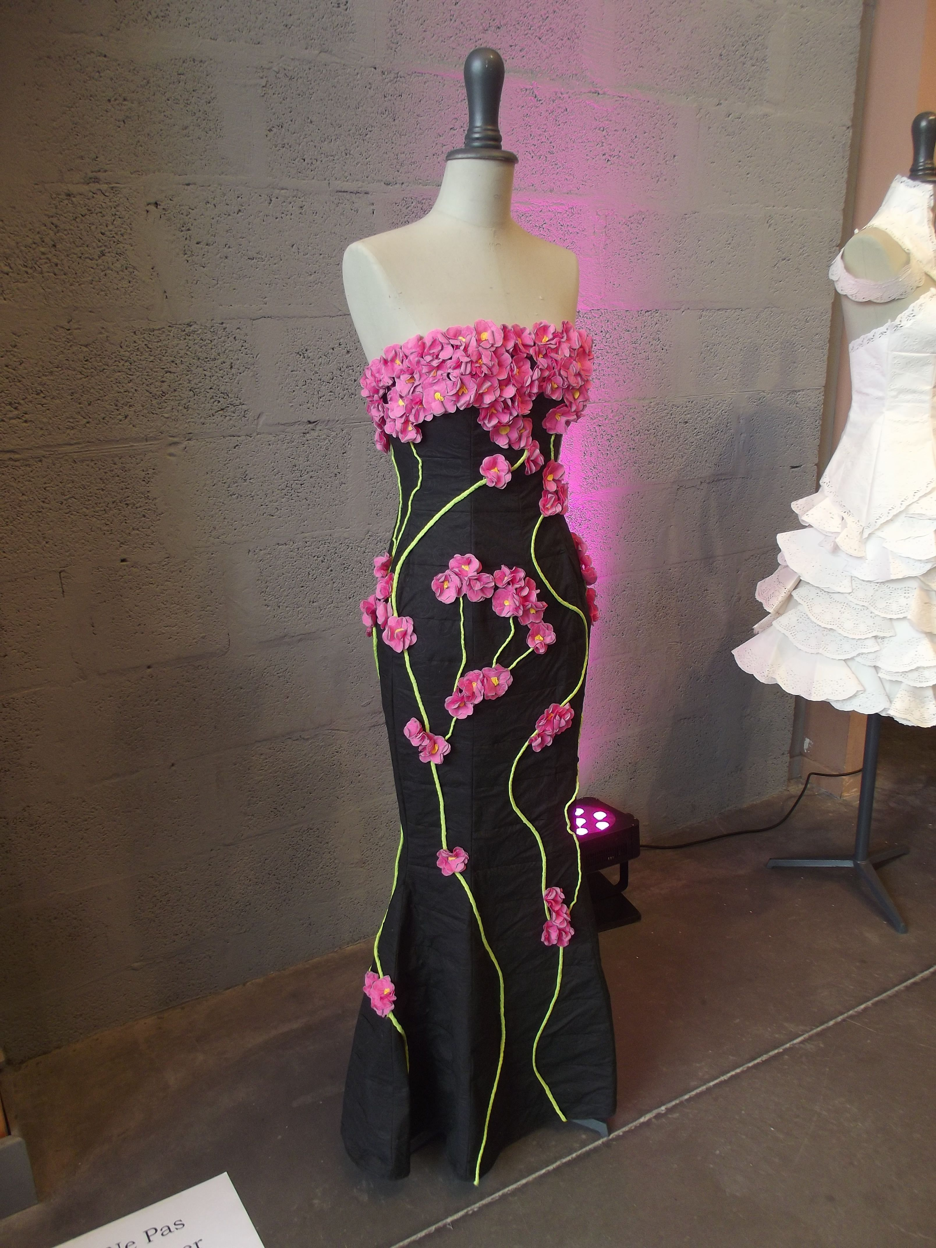 Spring flower dress made of paper. Would love to try ...