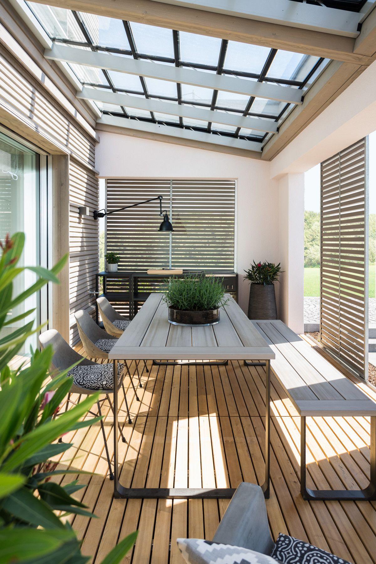 Loggia mit Glaslamellen-Pergola - Inneneinrichtung Haus NaturDesign ...
