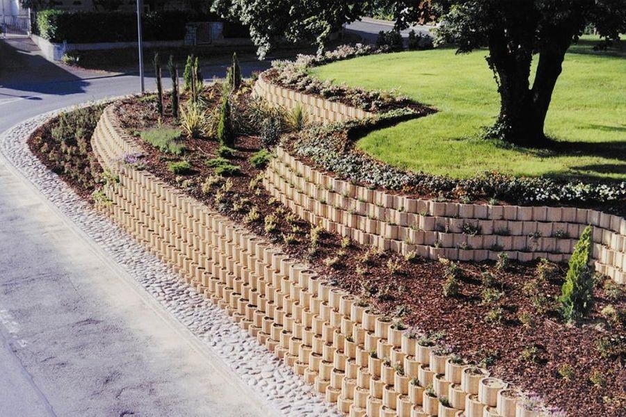 6 Facons De Retenir La Terre Dans Son Jardin Jardin En Pente Amenagement Jardin En Pente Amenagement Jardin