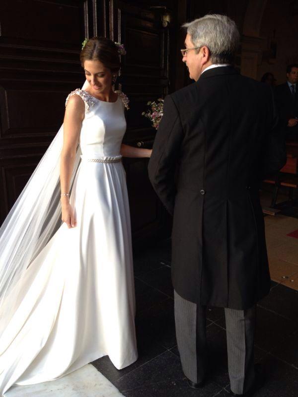 vestido de novia en crepe de seda, con hombreras de pistilos y