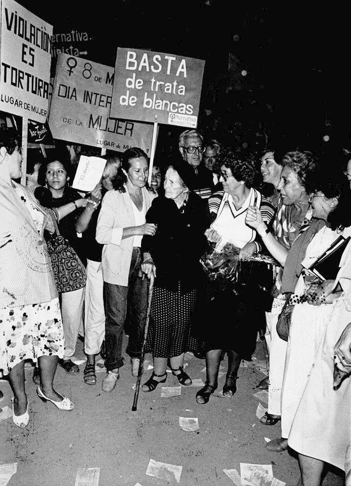 ALicia Moreau de Justo (la dama del bastón), marchando contra la violencia de género, Buenos Aires (mayo 1986), AGNArgentina