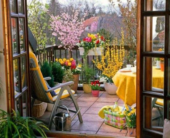 sommer balkon gestalten ideen blumenkasten möbel | Балконы, Terrassen ideen