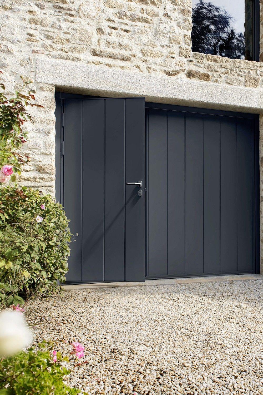 Porte De Garage Noviso Basculante Isolante Manuelle Avec Portillon En 2020 Porte Garage Garage Portillon