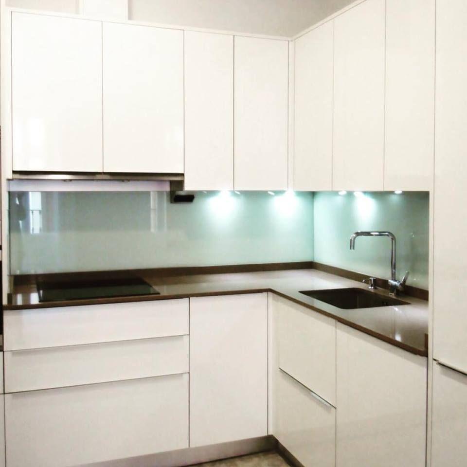 Cocina moderna blanco brillo sin tiradores encimera silestone pared forrada en cristal - Cocina sin tiradores ...