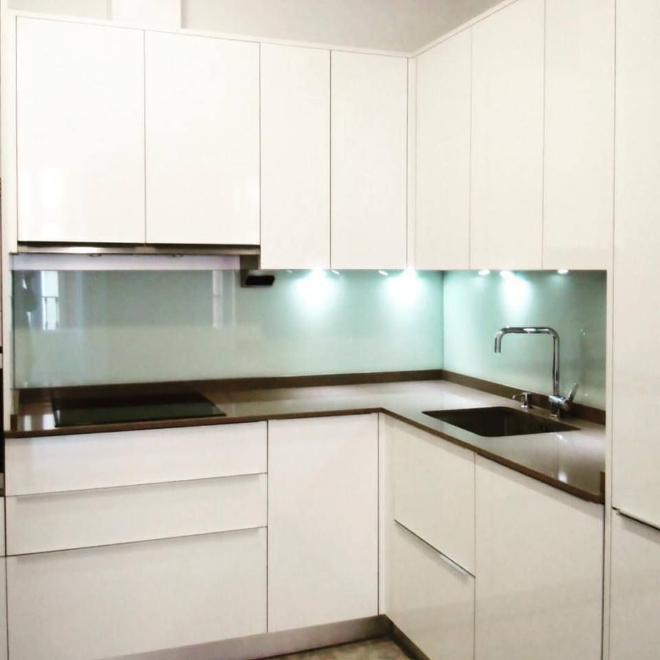 Cocina moderna blanco brillo sin tiradores encimera silestone pared forrada en cristal - Encimeras de cocina de cristal ...