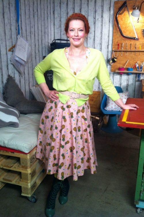 handmade mit enie german presenter van de meiklokjes wore our dress banned this love tiki pineapple in pink during the tv programme schale aus wolle