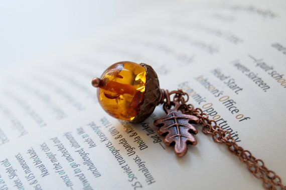 Amber and Copper Acorn Necklace por EnchantedLeaves en Etsy (16,52€)