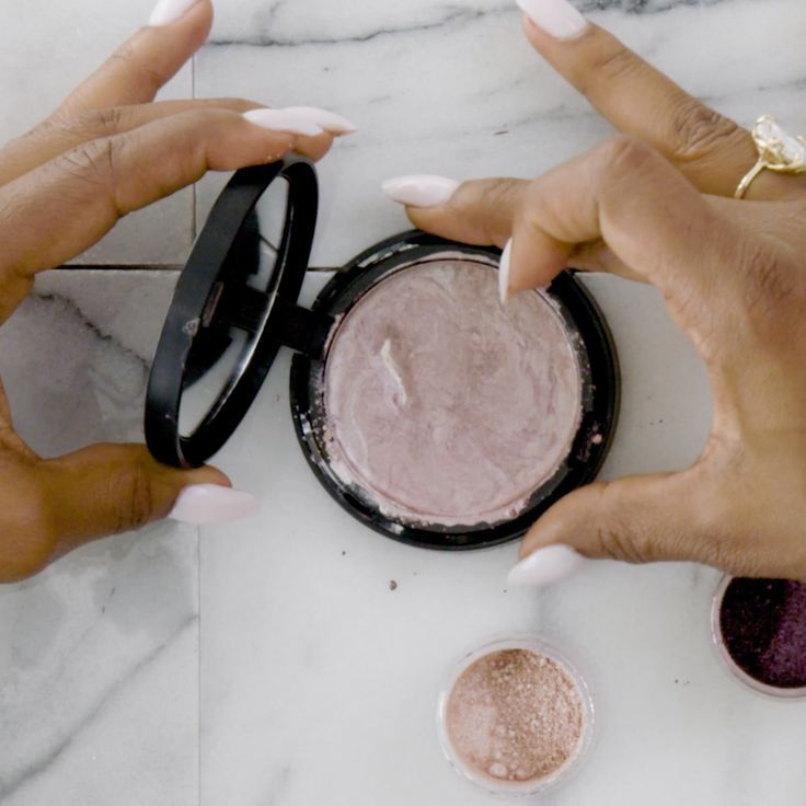 Make your own highlighter makeup with only 2 supplies