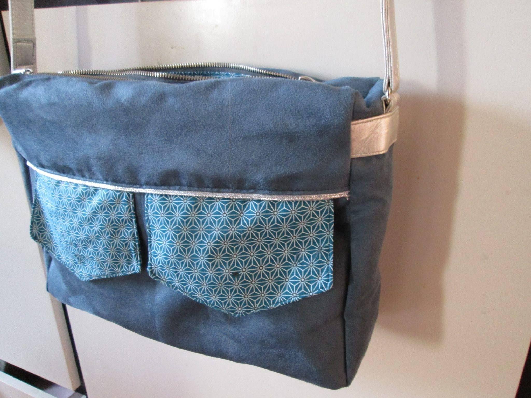 Besace Zip-Zip cousue par Mariposa en suédine et imprimé saki - Patron de couture Sacôtin