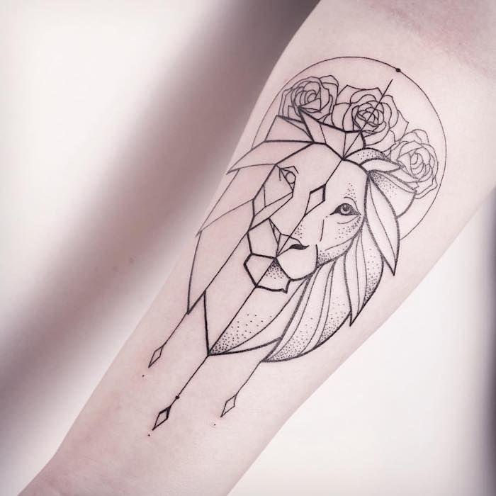 Photo of tatouage de lion du zodiaque, tête de lion avec des roses et des éléments géométriques, bras …