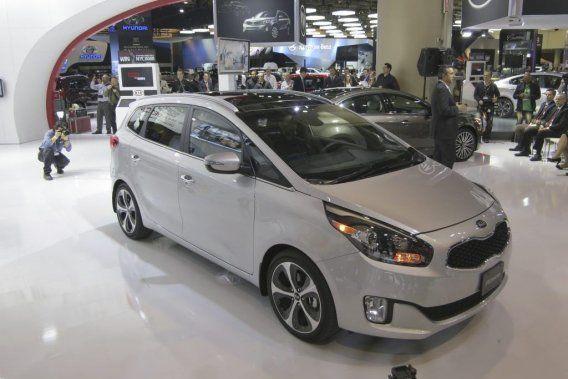 Kia a dévoilé, au Salon de Toronto, la version canadienne de sa petite fourgonnette Kia Rondo, présentée en première mondiale à Paris en septembre sous le nom de Carens.