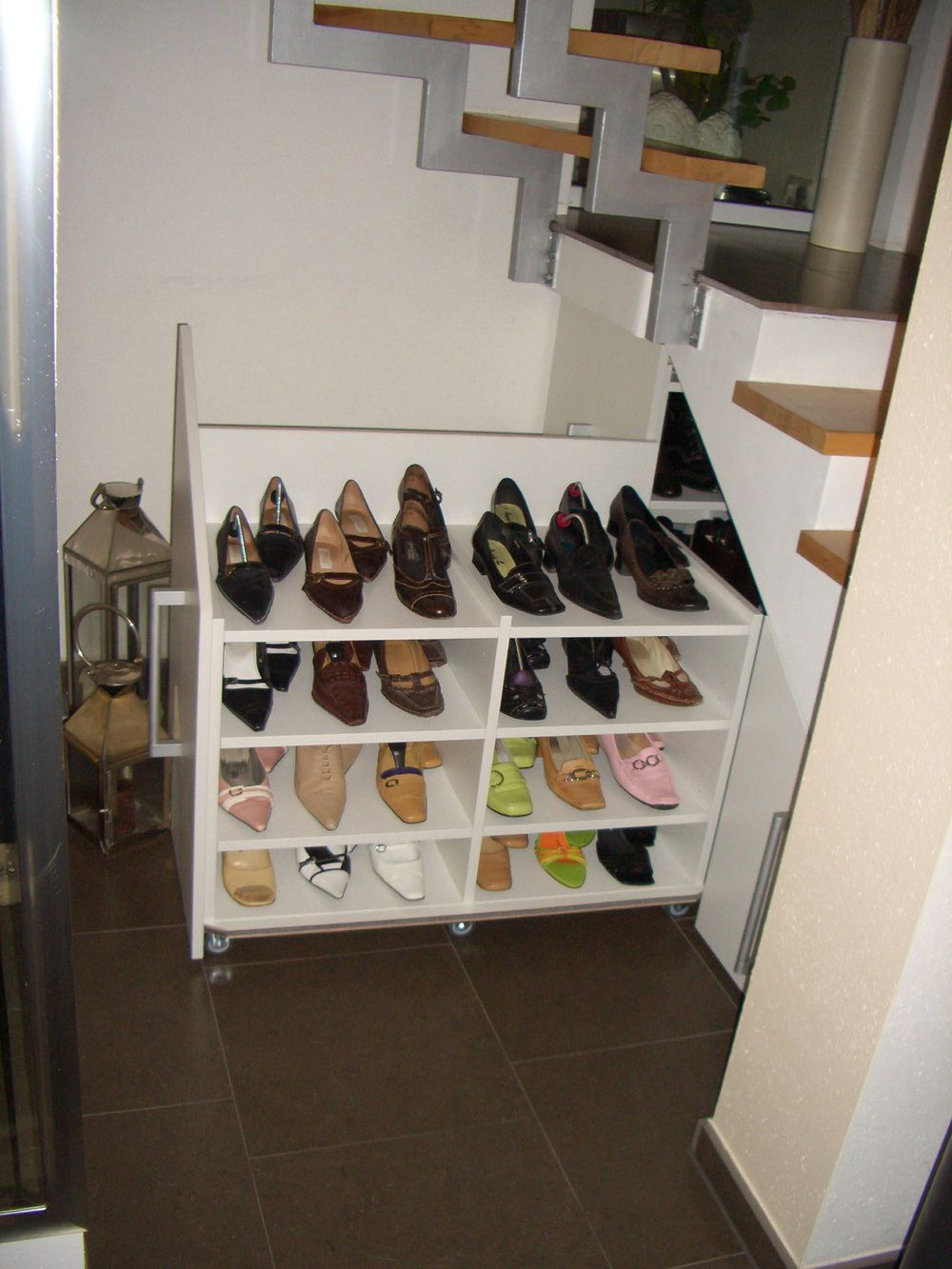 stauraum schaffen schuhschrank unter der treppe eingebaut und hier geoeffnet shoe cabinet. Black Bedroom Furniture Sets. Home Design Ideas